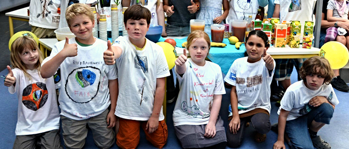 Header-Bild des Fairtrade-Schools Newsletters: Schüler*innen mit selbstgestalteten Fairtrade-Shirts
