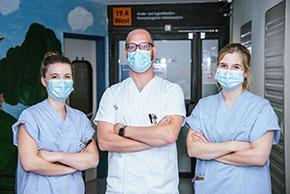 Foto (UKM): Vielfältige Pflege: Alina Sander, Rigo Fangemann und Anne Gneist (v.l.) sind drei Pflegexperten am UKM, die eine Weiterbildung, ein Traineeprogramm oder Studium durchlaufen bzw. absolviert haben.