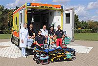 Foto: Intensivstation auf vier Rädern: Das Team vom Arbeiter-Samariter-Bund und UKM, u.a. mit Dr. Jan Sackarnd (l.), vor dem Intensivtransportwagen Münster beim Start 2019.