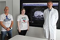Foto (UKM): (v.l.) Ralf Maluga und seine Tochter Nina sind froh, dass PD Dr. Benjamin Strücker den Lebertumor ohne große Komplikationen entfernen konnte.