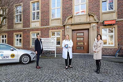 Foto (UKM/Wibberg): Die Direktorin der UKM-Augenklinik, Prof. Nicole Eter (Mitte), freut sich über eine Spende der Firma egeplast, die ihr Anfang März von Leonie Rehorst (l.) und Dr. Nina Strumann (r.) für die LIONS Hornhautbank Westfalen überreicht wurde.