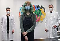 Foto (ukm): Skoliose-Patientin Julia Kordes bei der Nachuntersuchung mit Dr. Sebastian Bockholt (l.) und Dr. Albert Schulze Bövingloh.