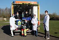 Mit dem Lungenersatzverfahren ECMO im Gepäck (v.l.): Dr. Jan Sackarnd und Dr. Felix Rosenow (UKM) mit Timo Reusch und Martin Everwin vom ASB Münster sowie Dr. Osama Ali und Prof. Dr. Angelo Dell'Aquila (UKM).