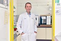 Im EHEC-Labor: Prof. Alexander Mellmann, Direktor des Instituts für Hygiene am UKM