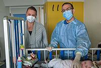 (Foto/UKM): Jasmin Lienert und Dr. Oliver Schwartz bei der Behandlung von Amy.