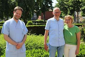 Foto (UKM): Prof. Christian Ertmer (l.) hat Detlef Erning sieben Wochen auf der Intensivstation behandelt. Doris Erning stand ihrem Mann dabei immer zur Seite.