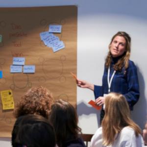 Frau spricht im Workshop (Foto: Digital Social Summit / Henning Schacht / Stiftung Bürgermut / CC BY-NC)