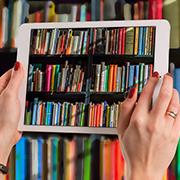 Tablet vor einem Bücherregal, Foto: CC0