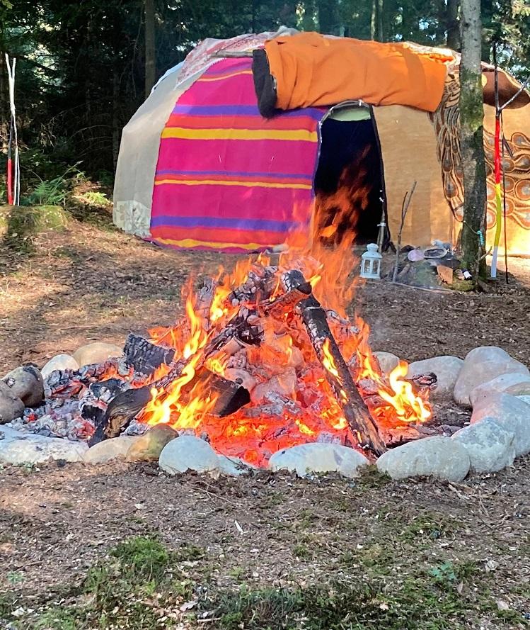 Schwitzhütte mit Feuer