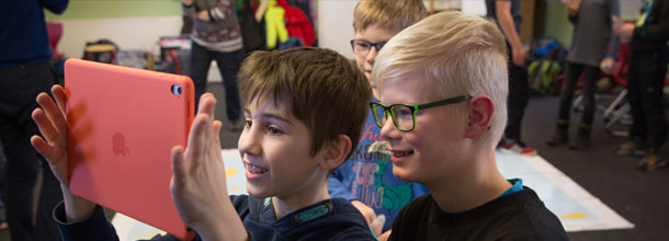 Students in Germany chat per tablet with other students in a partner country during a live session. Photo: CHAT der WELTEN