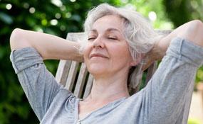 Frau entspannt im Liegestuhl