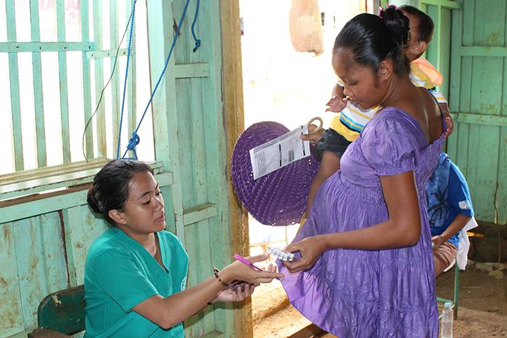 Eine Schwangere Frau nimmt Medikamente an