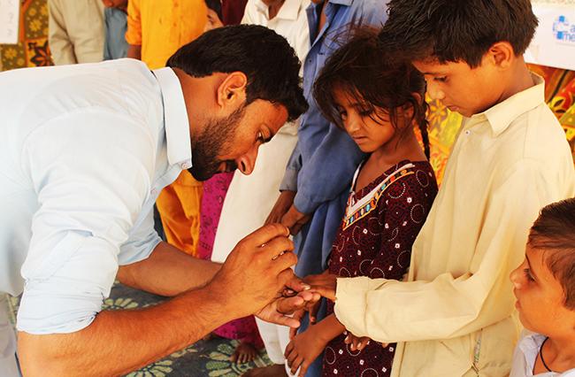 Pakistanische Schüler werden über Hygiene aufgeklärt, so wird unter anderem die Verbreitung von Hepatitis C aufgehalten