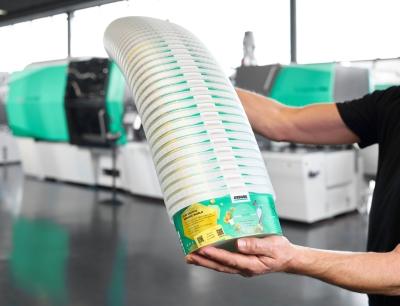 """""""Smarte"""" Spritzgießmaschinen von Arburg sind in der Lage, Rezyklate in schwankenden Qualitäten zu verarbeiten. So produzierte ein Allrounder 820 H in Packaging-Ausführung IML-Becher mit digitalen Wasserzeichen, Bild: Arburg"""