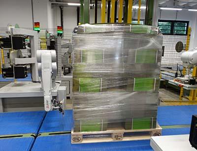 """Mit dem """"Pallet-Labeling-Robot"""" blitzschnell und sicher angebracht werden, Bild: Bluhm Systeme"""