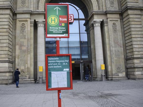 Bereits am Hauptbahnhof wird man auf die Sperrung am Damaschkeplatz hingewiesen.