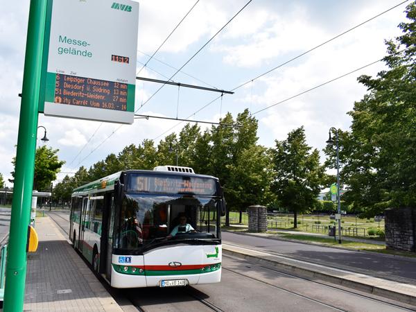 Bus der Buslinie 51 an der Haltestelle Messegelände/Elbauenpark