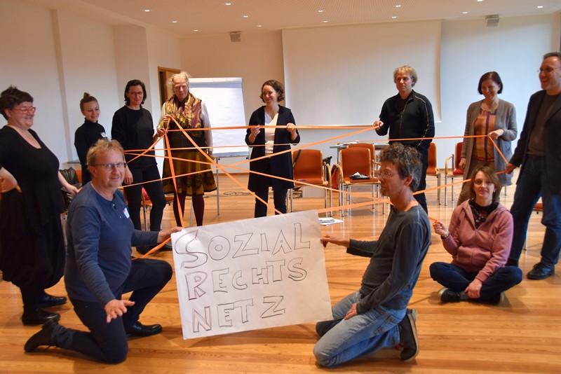 MitarbeiterInnen spannen ein Fadennetz