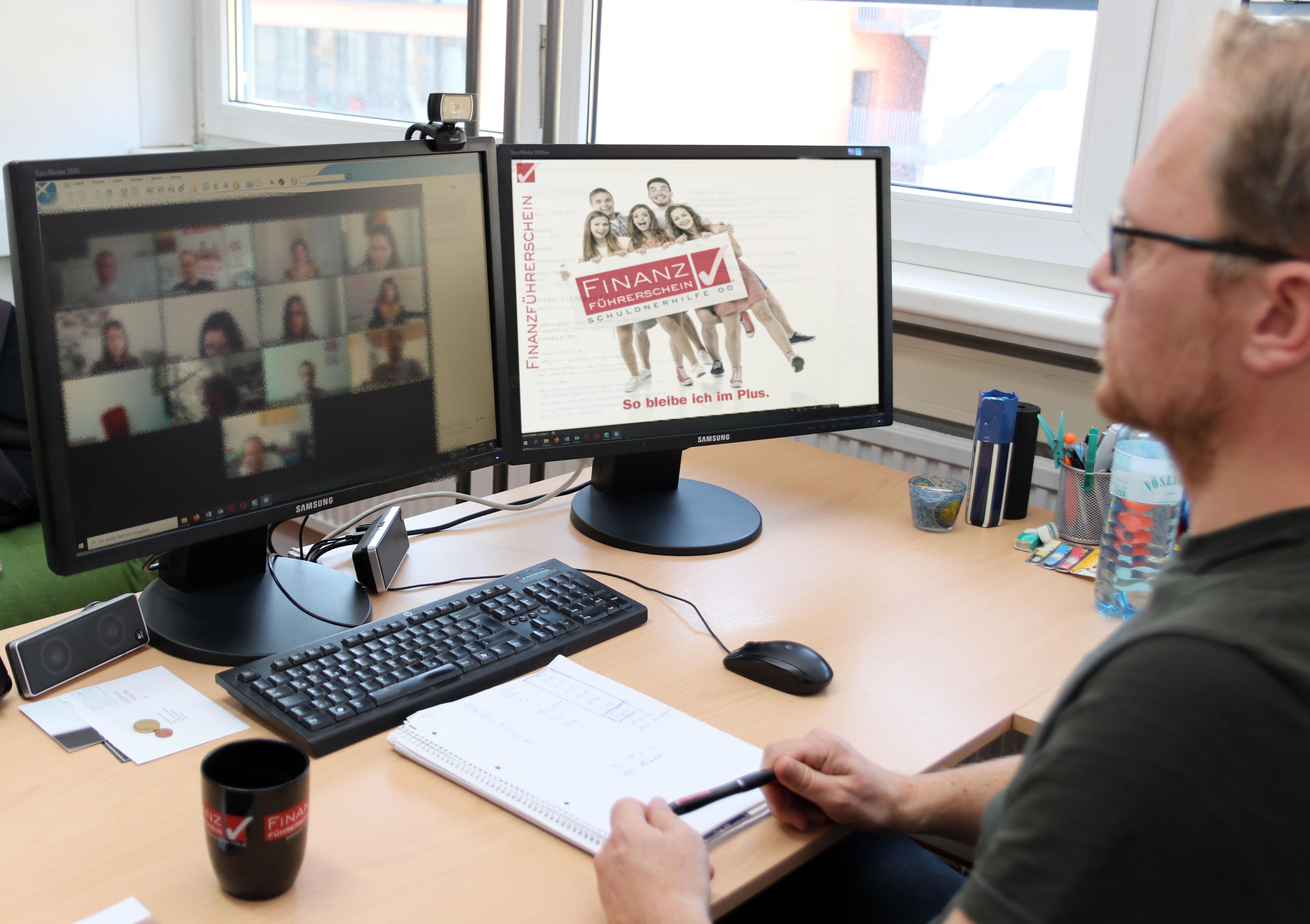Schreibtisch mit Bildschirm für Finanzbildung