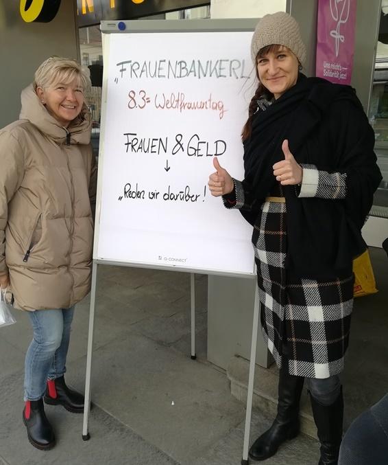 Mitarbeiterinnen der SB Steiermark vor einem Plakat