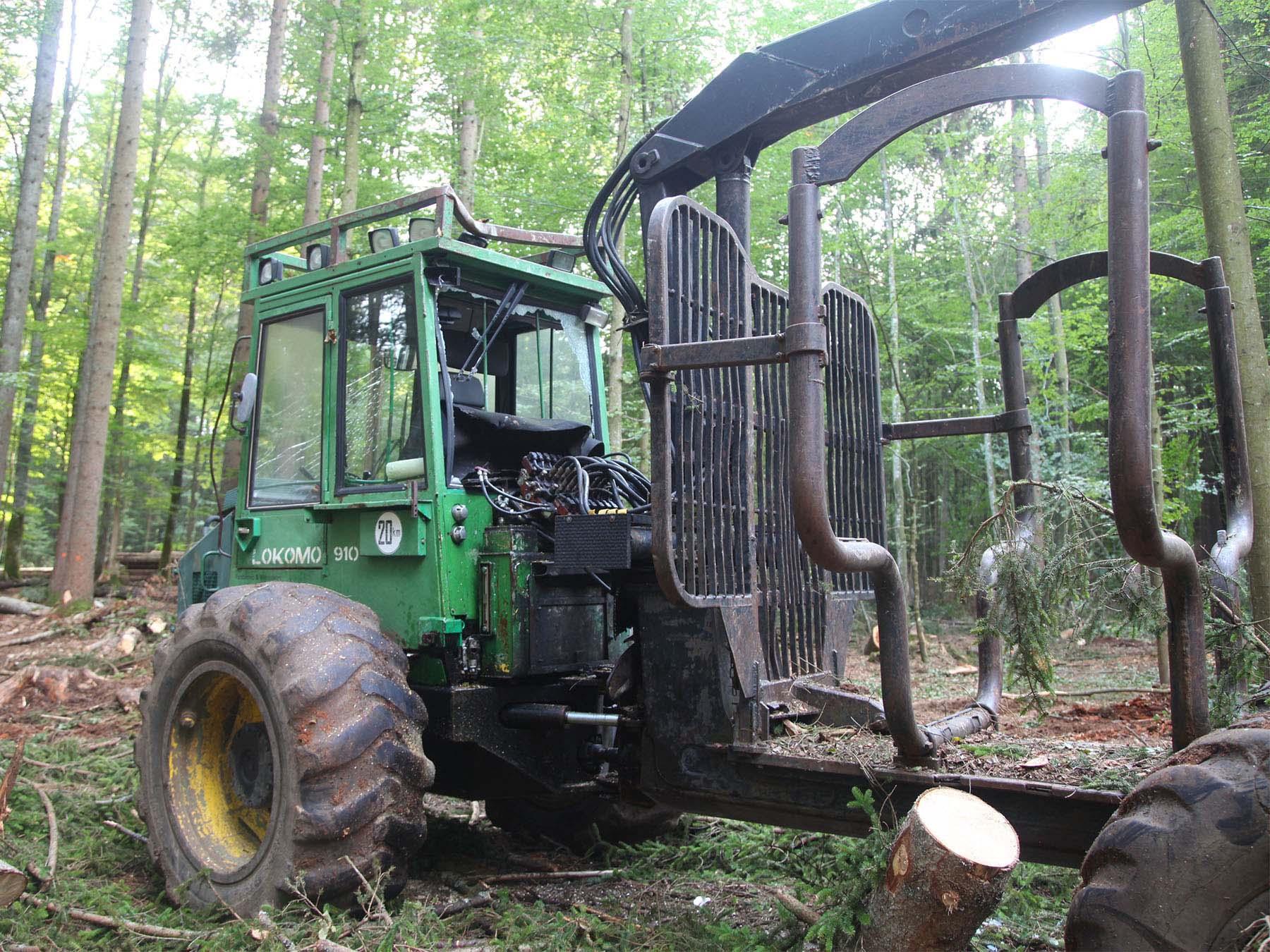 Die massive Forstkabine verhinderte schlimmere Verletzungen des Fahrers.