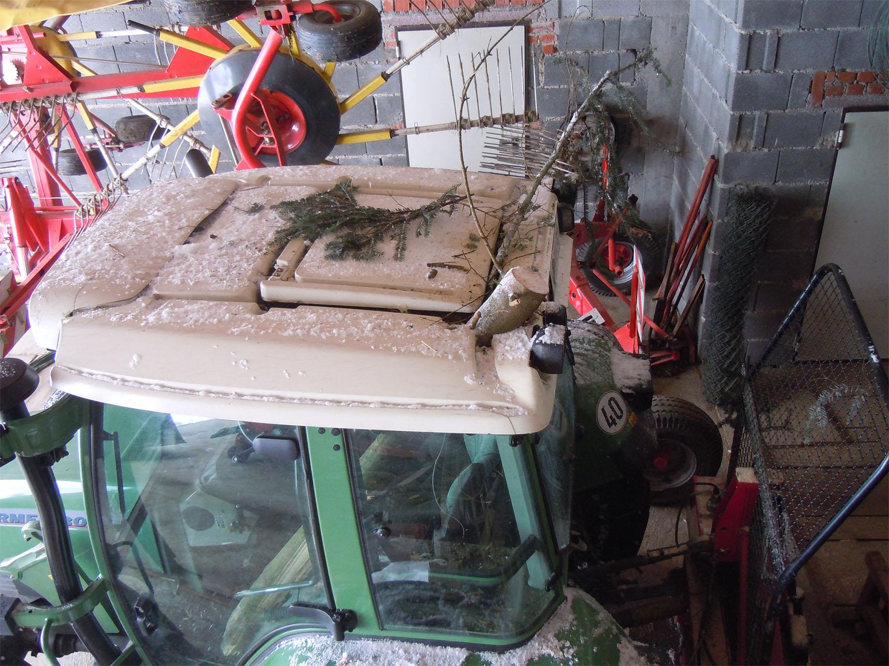 Traktorkabinen bieten keinen ausreichenden Schutz vor herabfallenden Baumstücken