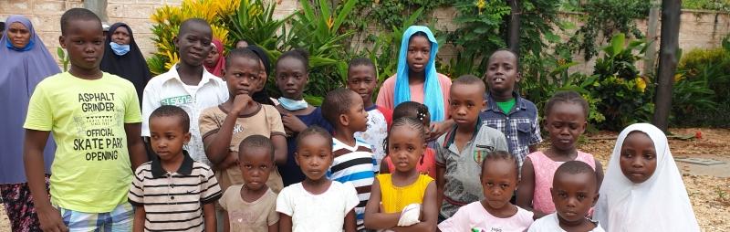 Banner- Kinder bei der Versorgung