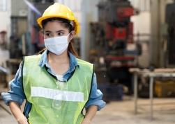 Junge Frau mit Mund-Nasen-Schutzmaske