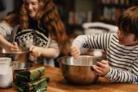Kinder kochen. Photo by https://unsplash.com/@anniespratt