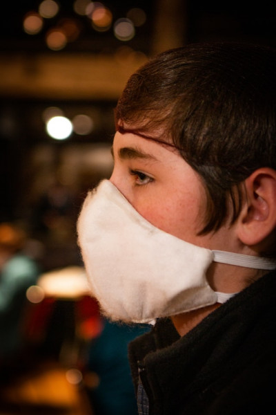 Junge mit Maske. Photo by Phinehas Adams on Unsplash