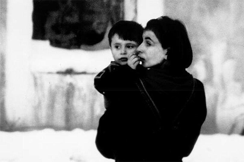Bild zum Arbeitspaket; Mutter mit Kind im Kosovo (Foto: Ralf Tepel, Karl Kübel Stiftung)