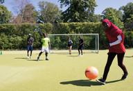 """Junge Geflüchtete aus den """"Berliner Ferienschulen"""" kicken gemeinsam mit Gleichaltrigen bei Schöneberger Fußballturnier Quelle: dkjs"""