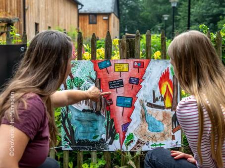 """Zwei Schülerinnen vor einem im Rahmen des Projekts """"Faszination Vielfalt"""" erstellten Plakat. Quelle: OroVerde / H. Mennigen"""