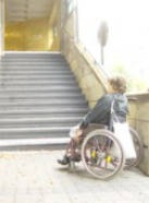 Rollstuhlfahrerin vor U-Bahnhof Eberswalder
