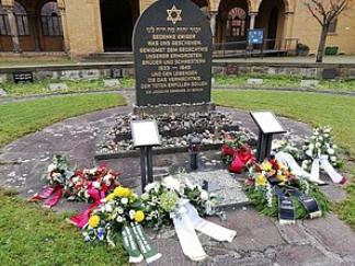 Kränze auf dem Jüdischen Friedhof in Weißensee