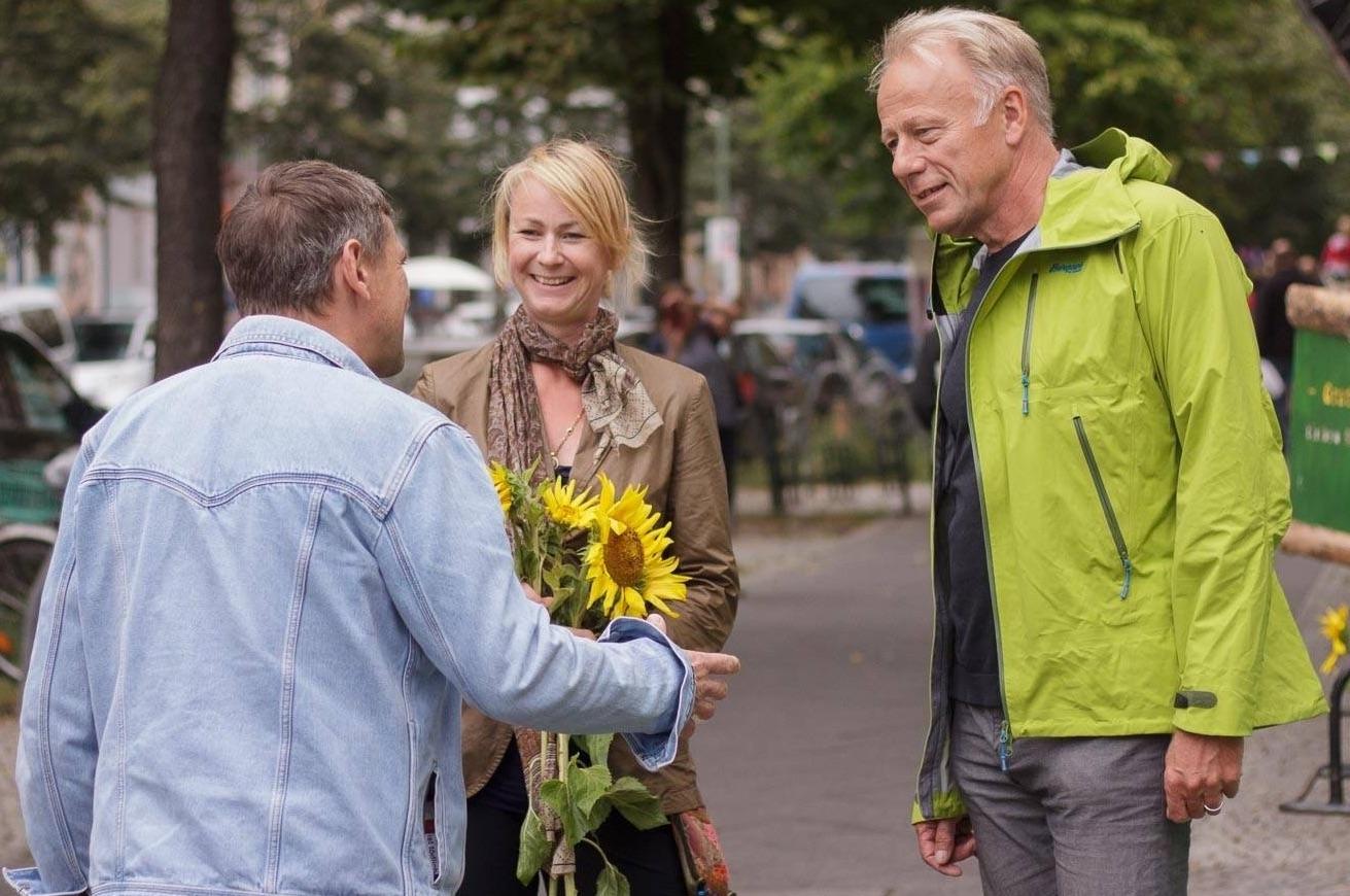 Cordelia Koch verteilt Sonnenblumen mit Tritin
