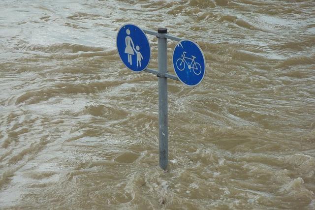 Hochwasser mit Fahrrad-Schild unter Wasser