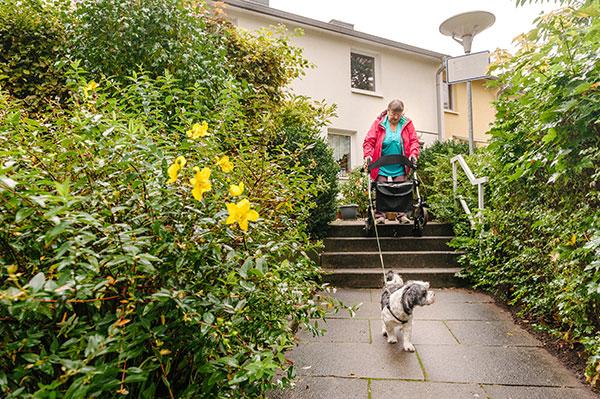 Frau Meger und Hund Max auf der Treppe