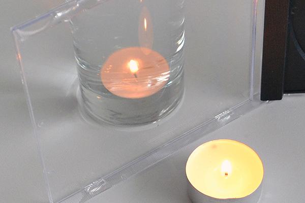 Versuch: Wie bekomme ich eine brennende Kerze ins Wasser?