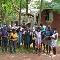 Schulkinder in Uganda, die für kurze Zeit wieder zur Schule gehen konnten