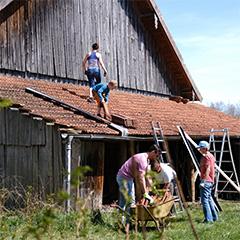 Die zukünftigen Bewohner*innen des Kracherhofs packen tatkräftig bei den Bauarbeiten an