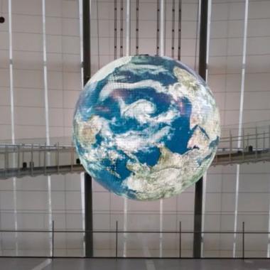 Eine Abbildung der Welt schwebt als künstlischeres Objekt im Raum