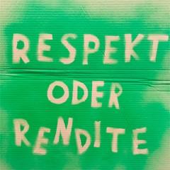 """grünes Plakat mit dem Slogan """"Respekt oder Rendite"""" des Geldgipfels 2021"""