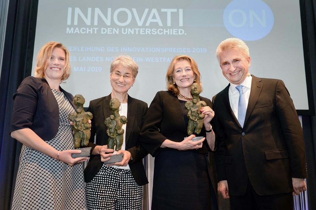 Gruppenfoto mit Preisen Bühne