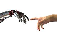KI Roboterhand und menschliche Hand