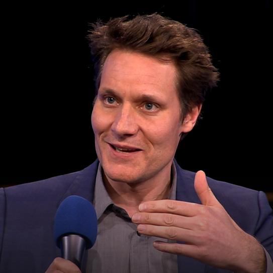 """Ludwig Hartmann spricht bei """"Jetzt red I"""" mit einem Mikrofon in der Hand"""