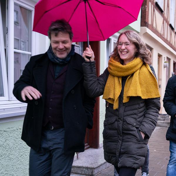 Robert Habeck und Eva Lettenbauer auf dem Weg zur Veranstaltung in Nördlingen