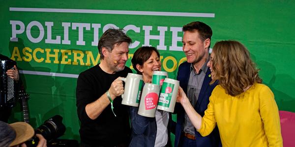 Auf eine grüne Zukunft! Robert Habeck, Sigi Hagl, Ludwig Hartmann und Eva Lettenbauer stoßen beim Politischen Aschermittwoch der bayerischen Grünen 2020 an