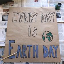 """Ein frisch gemaltes Demoschild mit der Aufschrift """"Every day is earth day"""""""