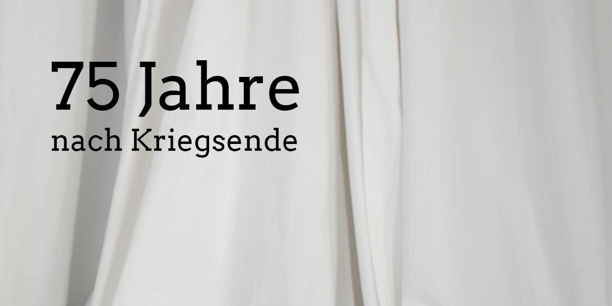 """Ein weißer Vorhang, darüber steht in schwarzen Buchstaben """"75 Jahre nach Kriegsende"""""""